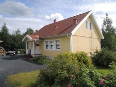 Nätti talo aurinkoisella tontilla