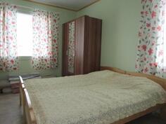 Makuuhuoneissa myös kaksi ikkunaa!