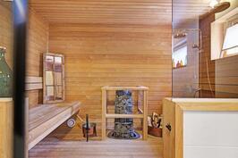 Kylpyhuoneen yhteydessä sauna