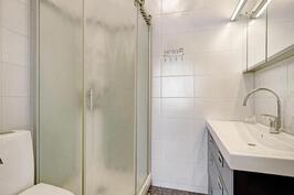 Yläkerran makuhuoneen yhteydessä myös kylpyhuone