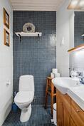 Keskikerroksessa kylpyhuoneen lisäksi erillinen wc