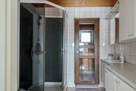 Kylpyhuone, jossa on myös wc ja pesukoneliitäntä