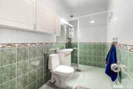 Kylpyhuone on laatoitettu 2000 luvulla