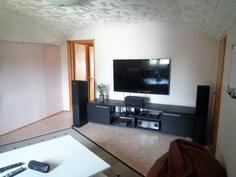 Makuuhuoneen seinälle voi ripustaa vaikka tv:n