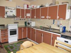Puupuolen huoneiston keittiö