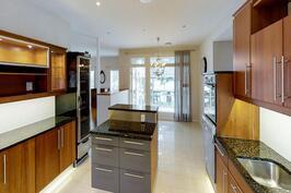 Moderni keittiö.