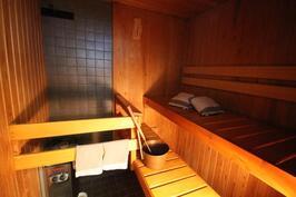 Sauna; kiuas uusittu samoin kiukaan taakse laatat