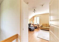 Yläkerran päämakuuhuone on tilava (yhdistetty kahdesta makuuhuoneesta)