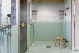 Pesuhuoneessa on lattialämmitys