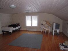 Yläkerran iso huone