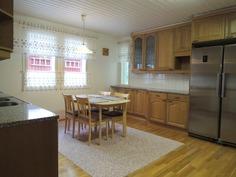 Keittiössä laadukkaat materiaalit ja hyvin tilaa.