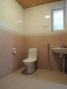 Iso kylpyhuone.