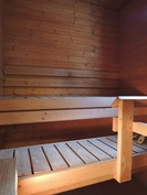Saunaan tulee luonnonvaloa.