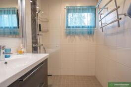 Tyylikäs kylpyhuone yläkerrassa