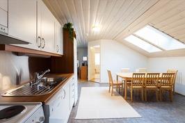 Yläkerran kaksion keittiö