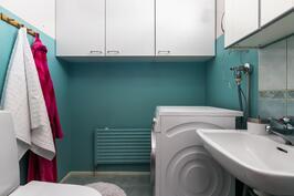 Toinen wc, jossa paikka pyykinpesukoneelle