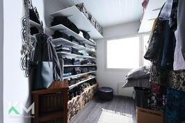 Yläkerran vaatehuone josta saa tarvittaessa makuuhuoneen