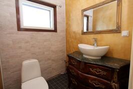 wc:ssä upea antiikkinen mahalipasto malja-altaalla.