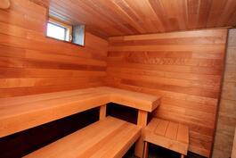 Saunan seinäpinnat vaakaan asennettu lämpöhaapa, lauteet tervaleppälankkua.
