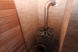 saunassa muhevat löylyt antava Iki-kiuas-tyyppinen puulämmitteinen kiuas.