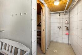 Kylpyhuone talon alakerrassa