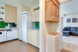 Pienessä asunnossa keittiö, huone ja oma wc