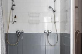 Yläkerran kylpyhuoneessa on kaksi suihkua.