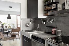 Keittiö on suoraan yhteydessä olohuoneeseen.