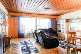 Yläkerrassa reilunkokoinen olohuone