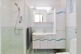 makuuhuoneen vieressä wc kylpyhuoneella