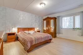 makuuhuone jossa vieressä vaaehuone+ kph/ wc