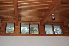 Yläkerran aulaan tulvii luonnonvaloa katonrajan ikkunoista.