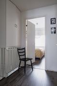 Yläkerran aulan kautta makuuhuoneisiin ja saunaosastoon