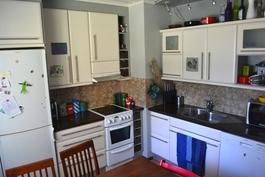 V. 2003 näyttäväksi remontoidussa keittiössä runkoineen uusitut kauniit kaapistot led-ylävalaisimin!