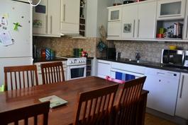 Huoneiston viihtyisään keittiöön mahtuu myös hyvin iso ruokapöytä!