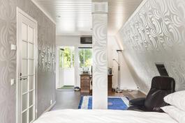 Yläkerrassa kahden makuuhuoneen seinä poistettu