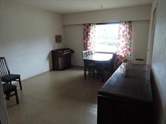 Huone olohuoneen ja keittiön välissä