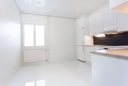 Keittiössä laattalattia ja myös lattialämmitys.