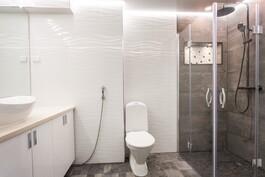 Tyylikäs kylpyhuone.