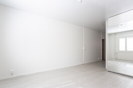 Olohuoneessa tyylikäs Strech katto.