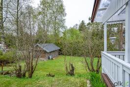 Terassilta on kaunis maisema suojaisalle alapihalle.