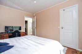 Makuuhuoneesta on käynti isoon vaatehuoneeseen.
