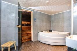 Kylpyhuoneesta on käynti ihanaan omaan saunaan.