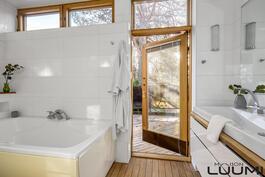 päämakuuhuoneen yhteydessä kylpyhuone