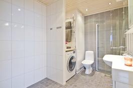 Kylpyhuoneessa paikka Harvian modulisaunalle