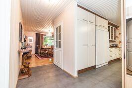 Näkymä eteisestä eteisaulaan-suoraan edessä olohuone-vasemmalla alkaa keittiö