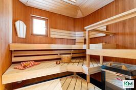 Sauna hetivalmiilla kiukaalla.