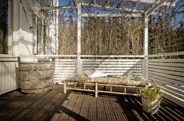 Suuri terassi josta kulku puutarhaan.