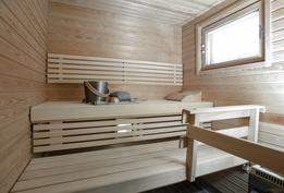 Kaunis, ikkunallinen sauna sähkökiukaalla.