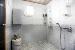 Pesutiloissa kaksi erillistä suihkua, avattava ikkuna.